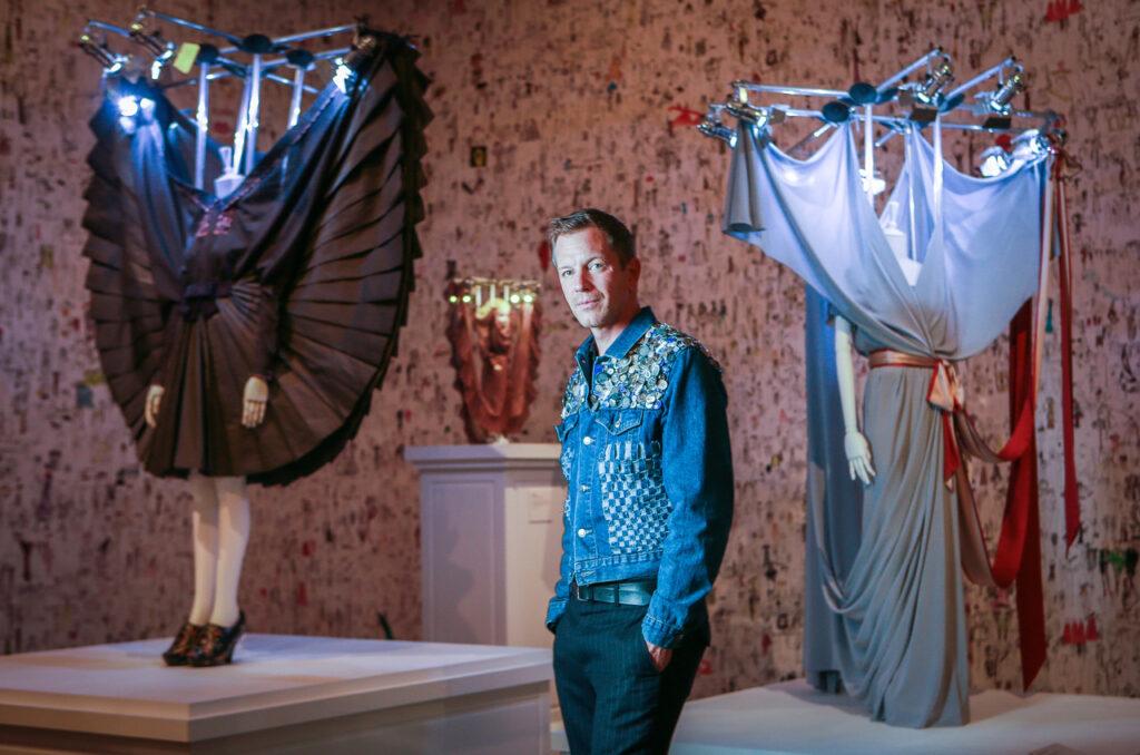Thierry Loriot en la exhibición Viktor & Rolf: 25 años. Be Cult. Revista Be Cult.